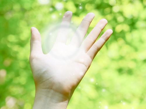 掌で輝いている光